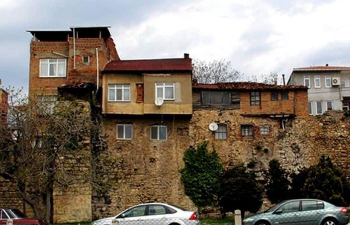Tarihi Sinop Kalesi ve üzerine yapılan evler.
