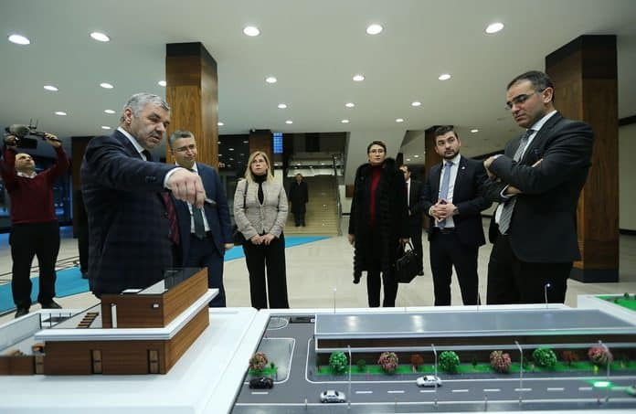 Kayseri Büyükşehir Belediye Başkanı Mustafa Çelik ve Kayseri 12. Bölge Eczacı Odası Başkanı Oğuzhan Ulutaş ve yönetim kurulu üyeleri