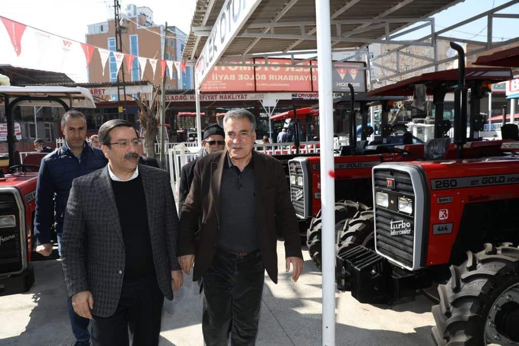 AK Parti Diyarbakır Büyükşehir Belediye Başkan Adayı Cumali Atilla, Traktörcüler Sitesi esnafını ziyaret etti.