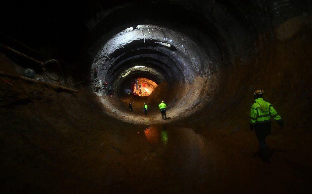 İzmir Büyükşehir Belediyesince yapımı süren Narlıdere Metrosu ilk ışığı gördü. Sürdürülen çalışmalar çerçevesinde  iki ayrı tünel birleşti.