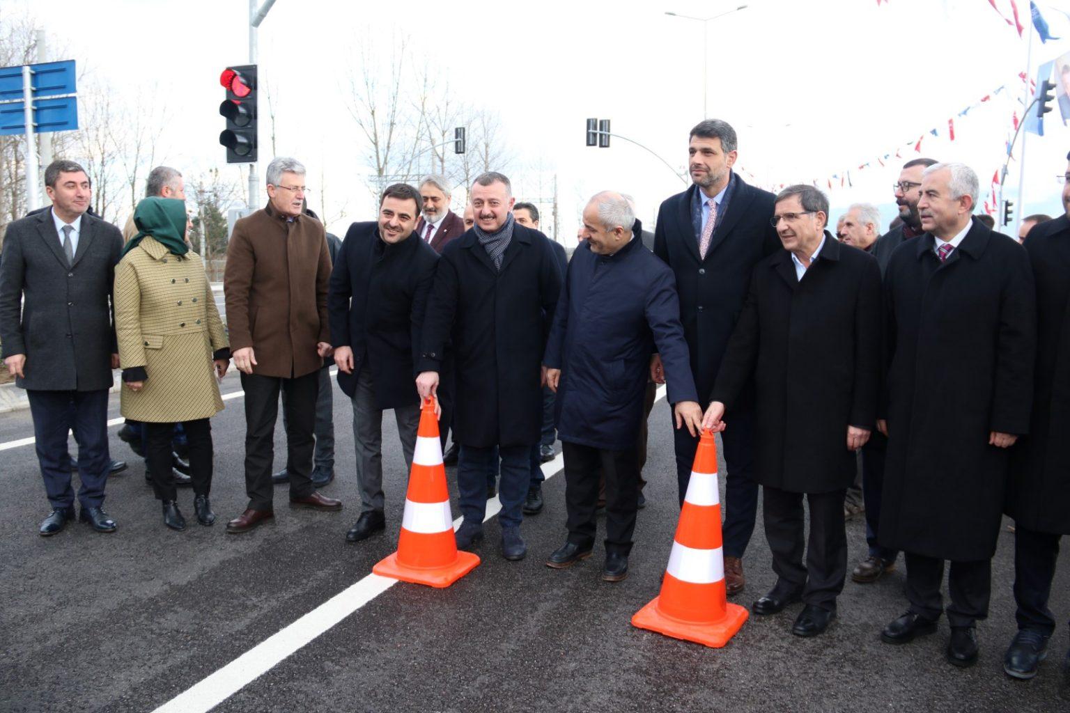 Salim Derviş Oğlu Caddesini kapalı tutan dubaları kaldıran Başkan Büyükakın yolun herkese hayırlısı olması temennisinde bulundu.