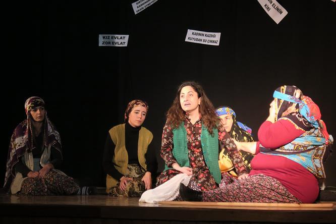 Foça Belediye Tiyatrosu 'Kadında Söz İzleri'ni sahneledi…
