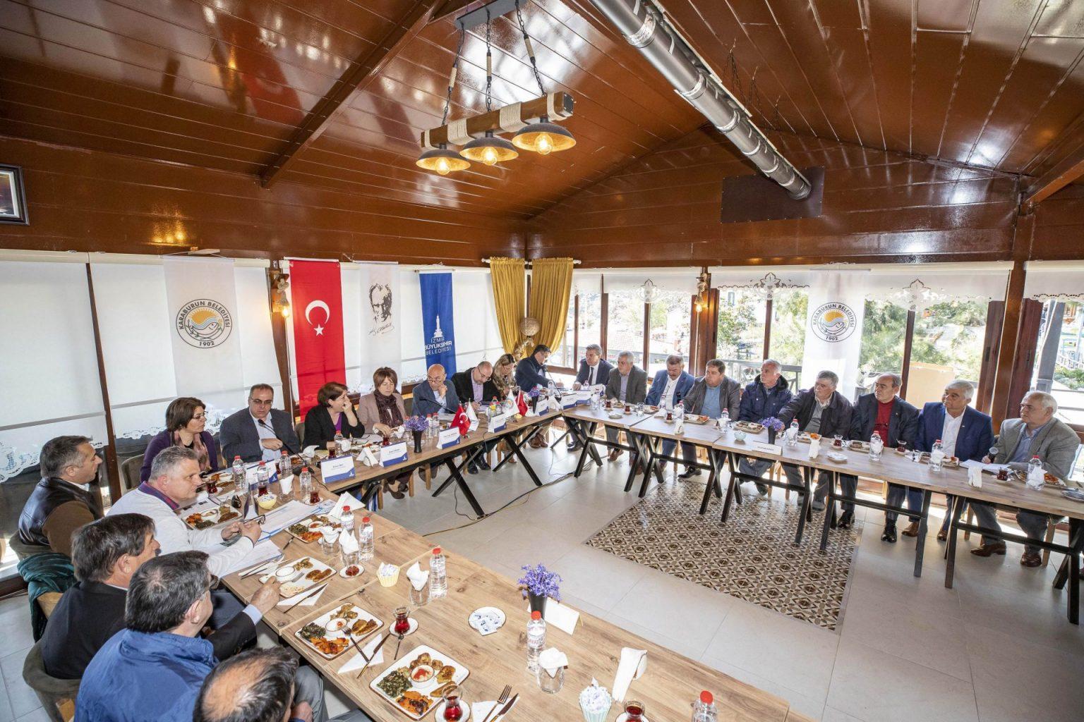 İzmir Büyükşehir Belediye Başkanı Tunç Soyer bugün Çeşme ve Karaburunlu muhtarlarla bir araya geldi.