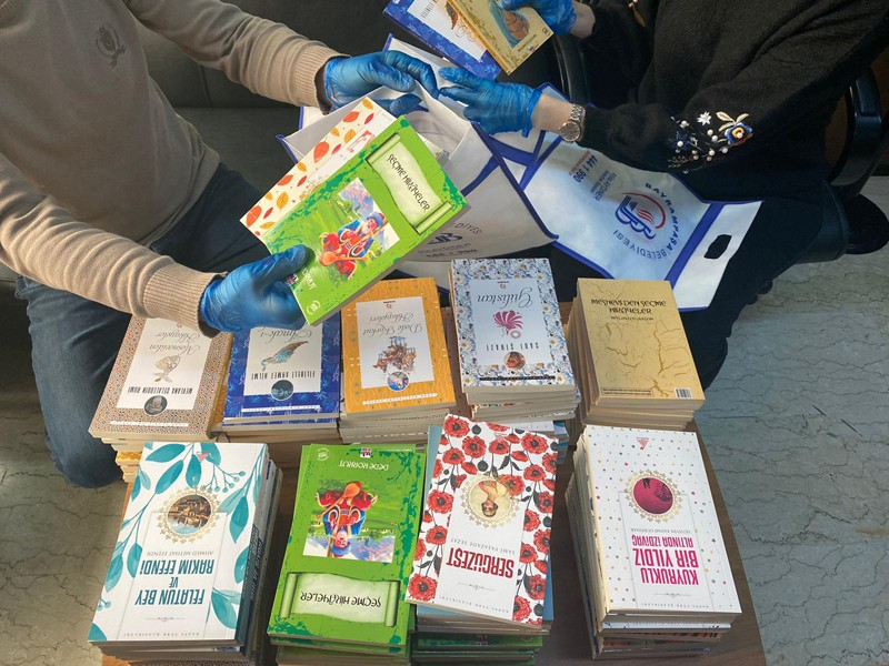 -Başkan-Aydıner-evde kalan-çocuklara-kitap-hediye-etti