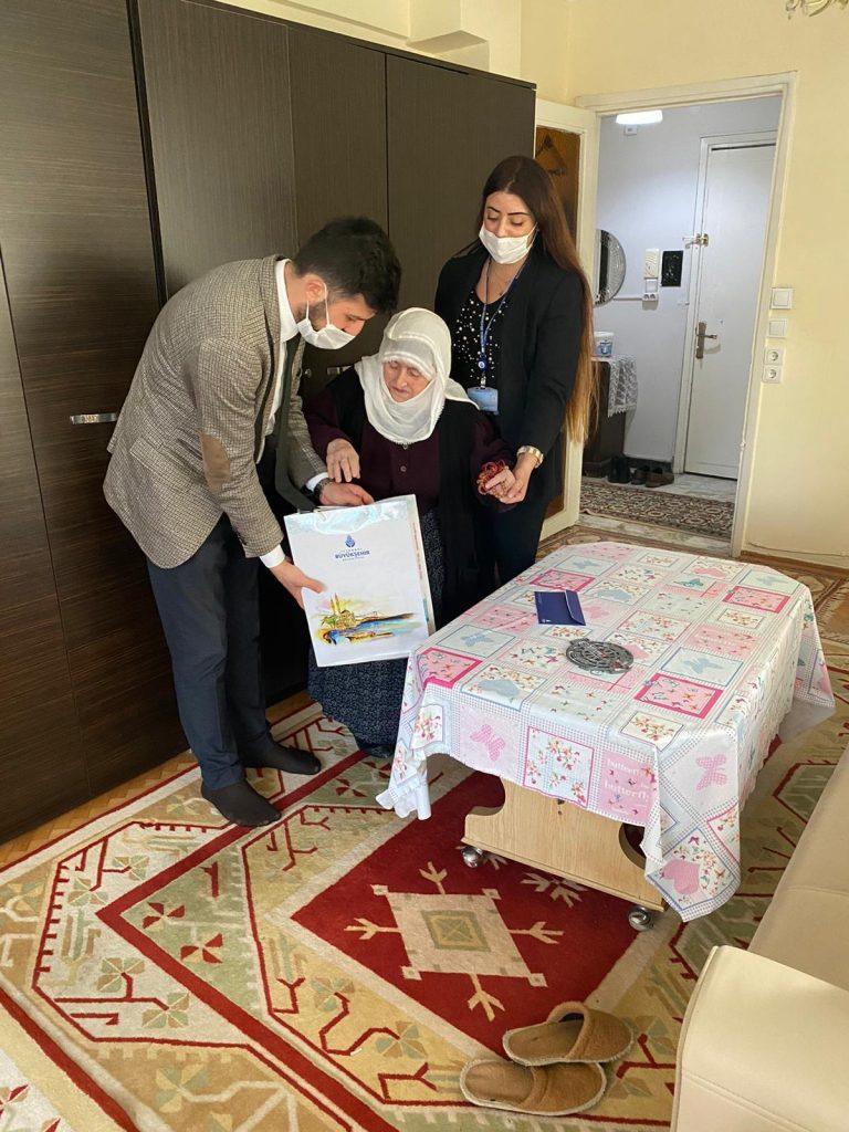 BB ekipleri 100 yaşın üstündeki İstanbullulara çikolata armağan etti
