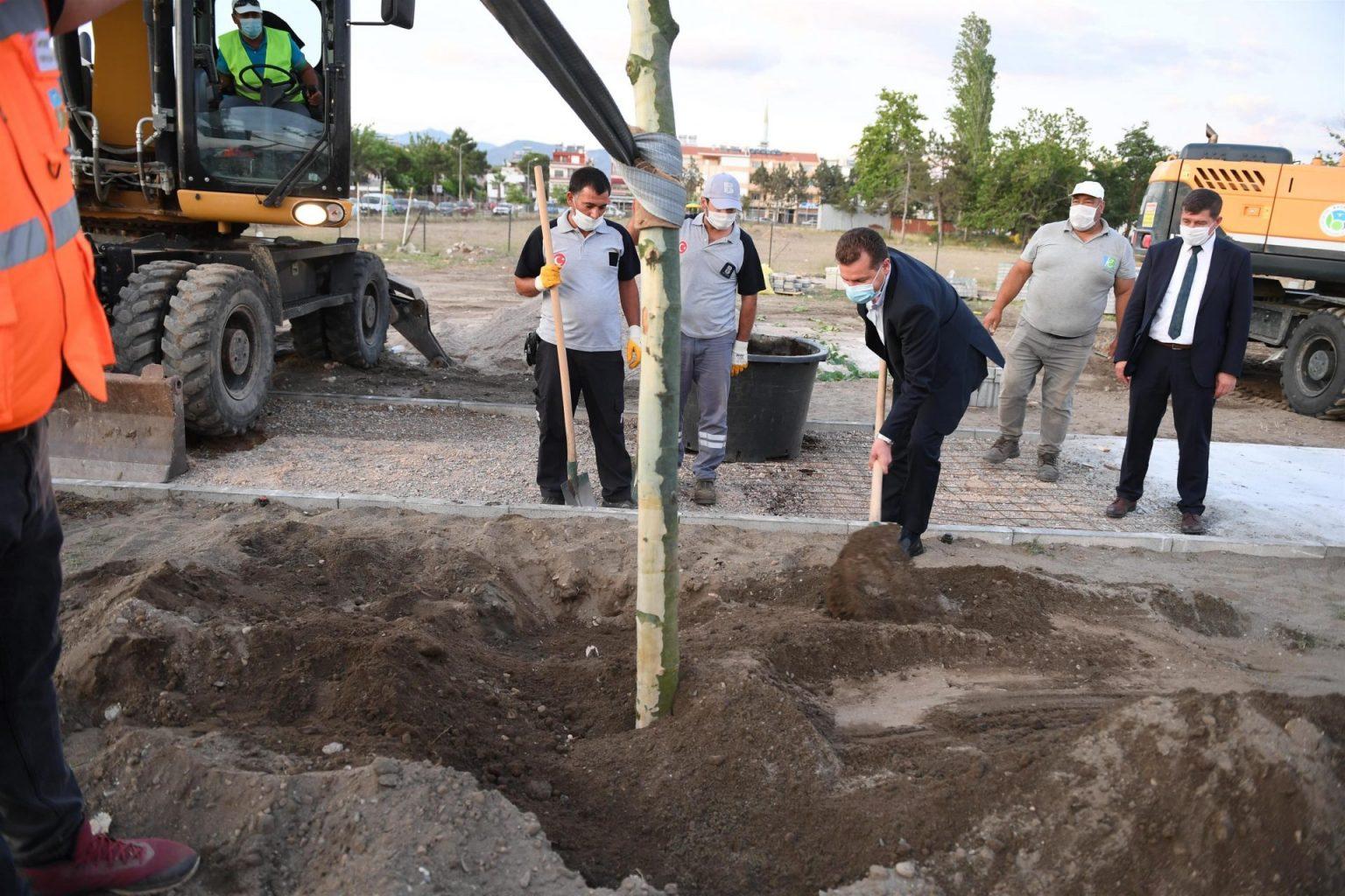 80 çınar ağacı ve 30 palmiyenin toprakla buluşturma törenine Balıkesir Büyükşehir Belediye Başkanı Yücel Yılmaz da katıldı