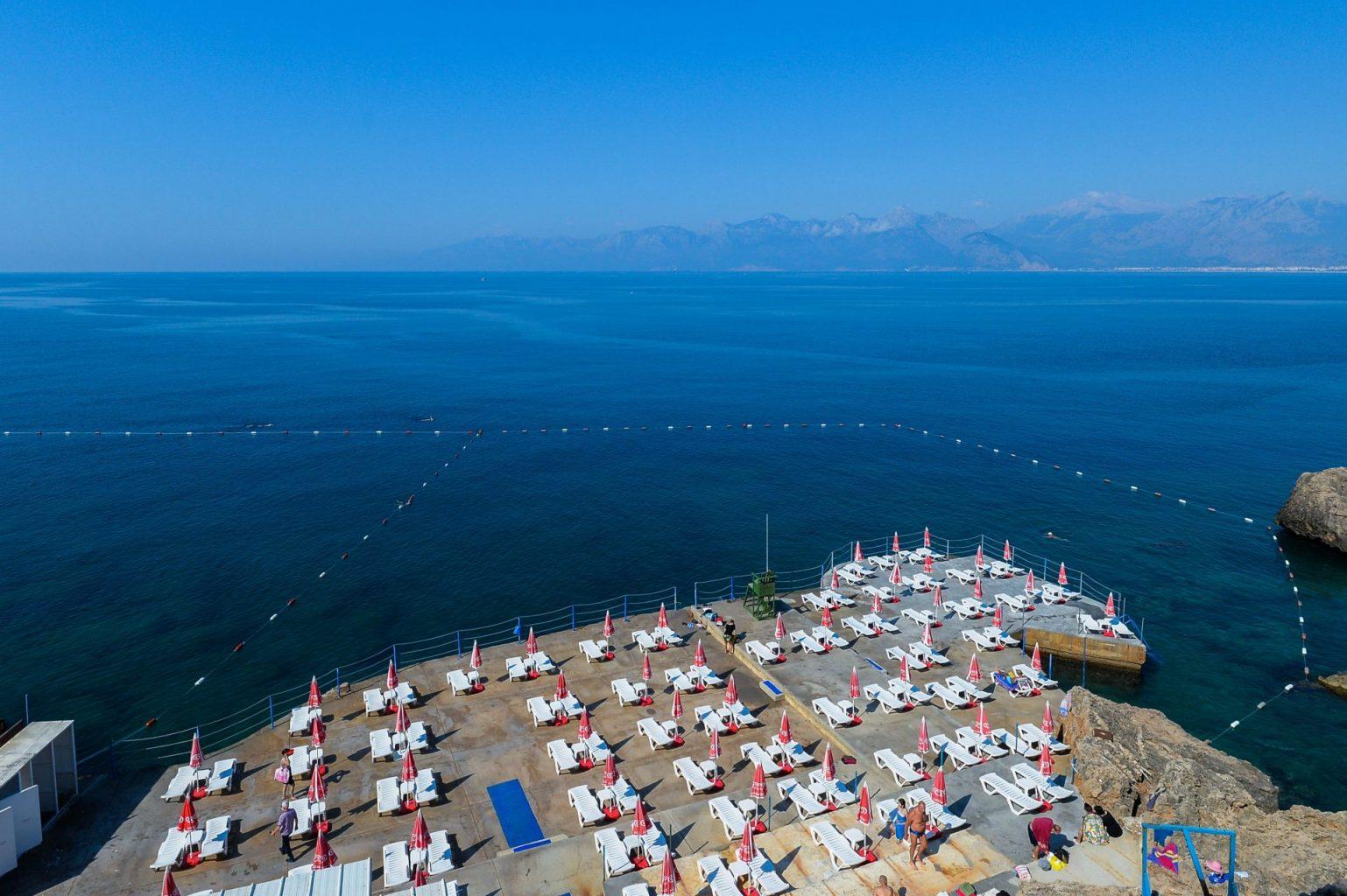 Antalya'da falez plajları, yeni normal dönem tedbirleriyle açıldı_2