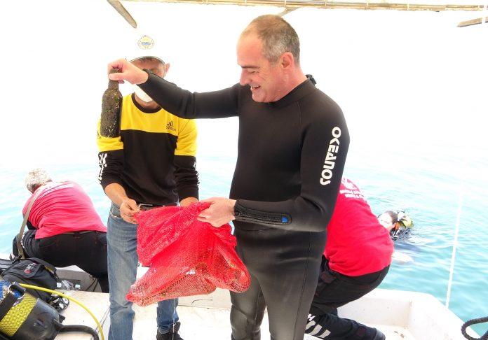 Gemlik Belediye Başkanı Mehmet Uğur Sertaslan dalgıç kıyafetiyle denize dalıp çöp topladı