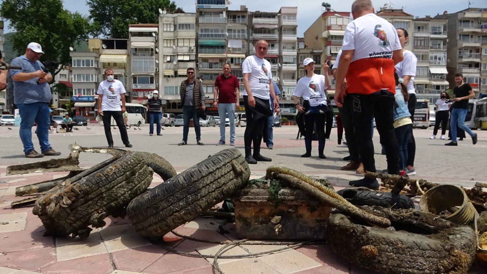 Gemlik Belediye Başkanı Mehmet Uğur Sertaslan dalgıç kıyafetiyle denize dalıp çöp topladı 3