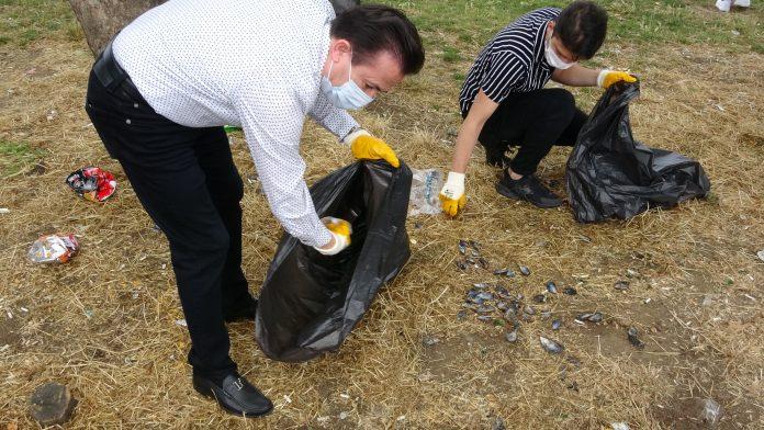 Tuzla Belediye Başkanı Şadi Yazıcı çevreci gençlerle sahilde 2 kamyon atık topladı