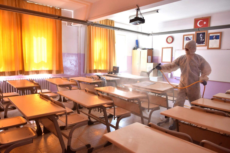 Bornova'da okullarda Koronavirüs'e karşı temizlik harekatı başladı
