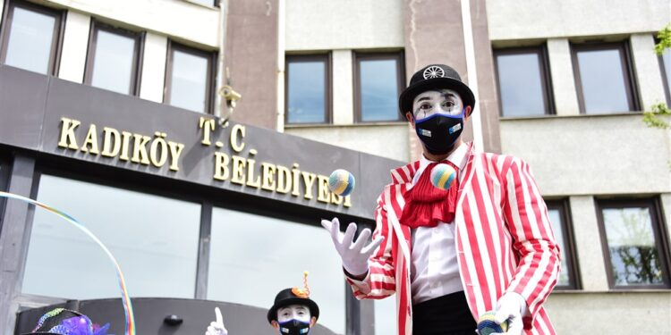 23 Nisan Ulusal Egemenlik ve Çocuk Bayramı'nda pandemi tedbirleri nedeniyle evlerinden çıkamayan Kadıköylü çocuklar, sokaklarda gösteri yapan palyaço ve jonglörlerin gösterisine evlerinden eşlik etti.