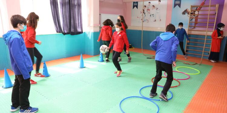 Bursa Büyükşehir Belediyesi'nden eğitime sportif destek. Bursa'da sporu yaygınlaştırmak, 7'den 70'e herkesin spor aktiviteleriyle ilgilenmesini sağlanmak amacıyla bir taraftan spor tesisi sayısını artırmaya çalışan Bursa Büyükşehir Belediyesi, diğer taraftan spor salonu bulunmayan okullara ise özel spor alanları kazandırıyor.