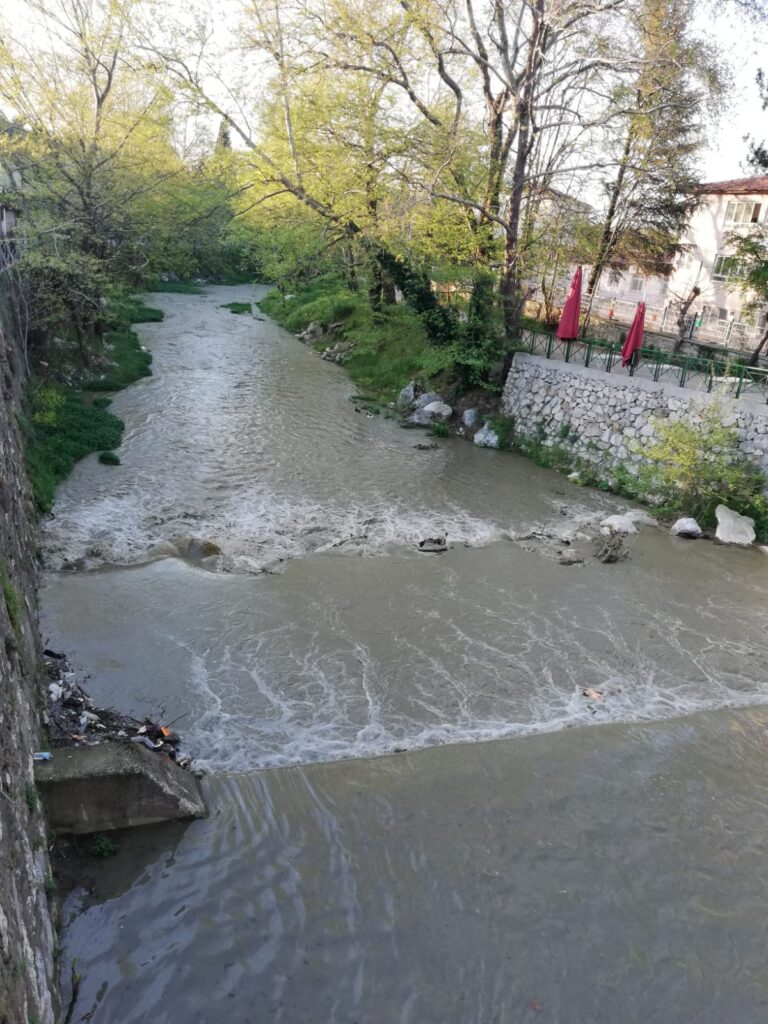 Bursa'da dolunca su salmaya başlanan Nilüfer Barajı'nın ardından doluluğun yüzde 90'a ulaştığı Doğancı Barajı'nda da kapaklar açıldı.