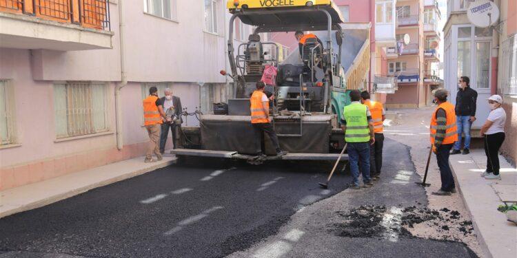 Sivas Belediyesi altyapı ve yol yenileme çalışmalarına devam ediyor. Bu kapsamda Mevlana mahallesinde bulunan Güneş Evler Sitesinin 35 yıldır yaşadığı alt yapı sorunu yapılan çalışmalar sayesinde giderildi.