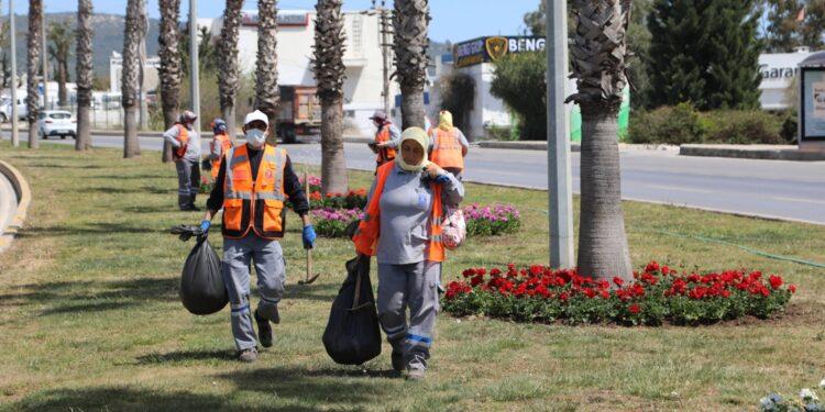 Belediye ekipleri bir taraftan altyapı çalışmaları tamamlanan bölgelerde asfaltlama işlemlerini sürdürürken bir taraftan da çevre yolu, refüj ve kavşaklar başta olmak üzere yarımada genelinde peyzaj düzenlemelerine devam ediyor.