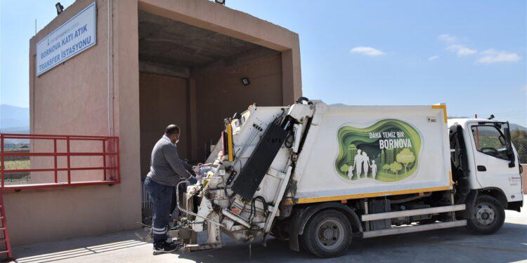 İzmir Büyükşehir Belediyesi tarafından yapılan Katı Atık Transfer Merkezi sayesinde çöp toplama hızı artacak, sefer süreleri de kısalacak.