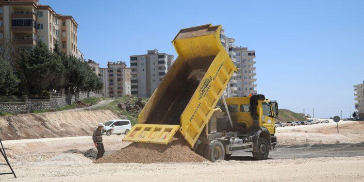 Gaziantep Büyükşehir Belediye Başkanı Şahin, Şahinbey ilçesine bağlı Mavikent ve Şahintepe'deki yol açma ve asfaltlama çalışmalarını inceledi.