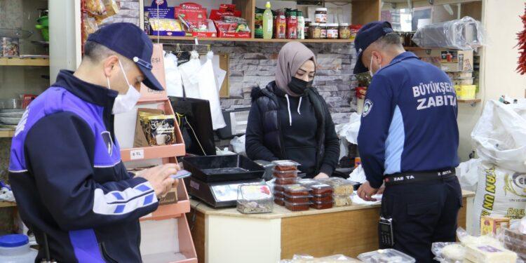 Manisa Büyükşehir Belediyesi Zabıta Dairesi personelleri çeşitli işletmelerde denetimler yaparak işyeri sahiplerine uyarılarda bulundu.