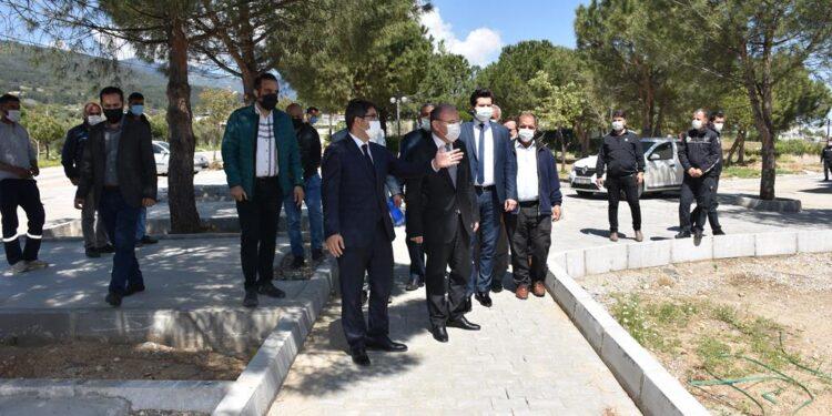Manisa Valisi Yaşar Karadeniz, Şehzadeler Belediye Başkanı Çelik ile birlikte Sancaklıiğdecik Çok Amaçlı Salon ve Rekreasyon Alanı'nı inceledi.