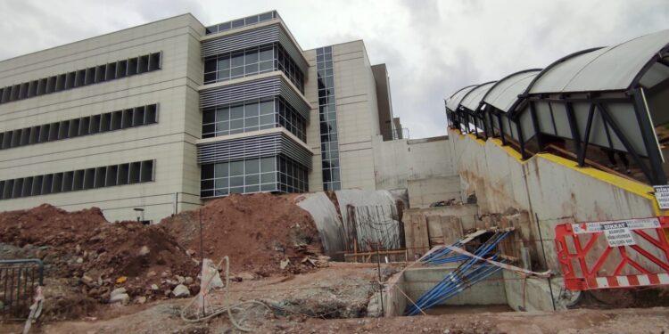 Büyükşehir Belediyesi tarafından Kocaeli Üniversitesi Hastanesi polikliniklerine kolay ulaşım için yürüyen merdiven ve asansör yapımına başlandı