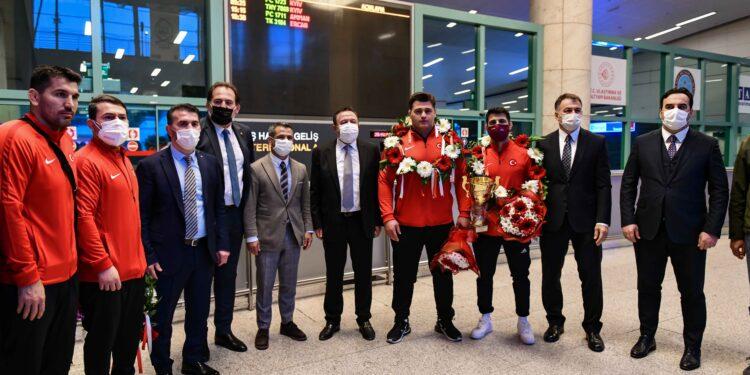 Avrupa şampiyonu olan ve altın madalya kazanan ASKİ Sporlu Milli güreşçi Rıza Kayaalp ve turnuvada bronz madalya elde eden Murat Fırat Esenboğa Havalimanı'nda kulüp yöneticileri, antrenörleri, yakınları ve çalışma arkadaşları tarafından coşkuyla karşılandı.