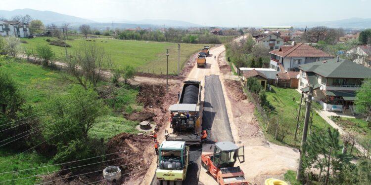 Büyükşehir Belediyesi, Kartepe Sarımeşe Mahallesi Bağdat Caddesi'nde 4 bin 700 ton pilent miks temel serimi sonrası 2 bin 100 ton binder asfalt serimine başladı.
