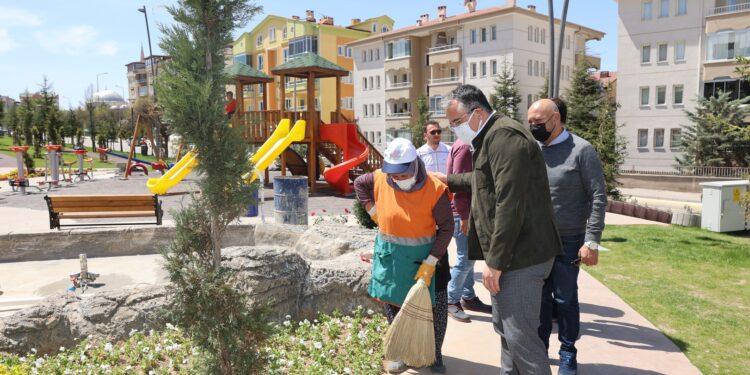 Nevşehir Belediye Başkanı Dr. Mehmet Savran, Fen İşleri ve Park ve Bahçeler Müdürlüğü ekiplerinin çalışma alanlarında incelemelerde bulundu.