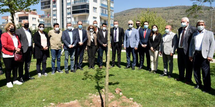 30 Ekim Depremi'nde hayatlarını kaybeden Feryal Özge ve Ömer Yiğitcan Tekin kardeşlerin ismi  evlerinin yanındaki parka verildi.