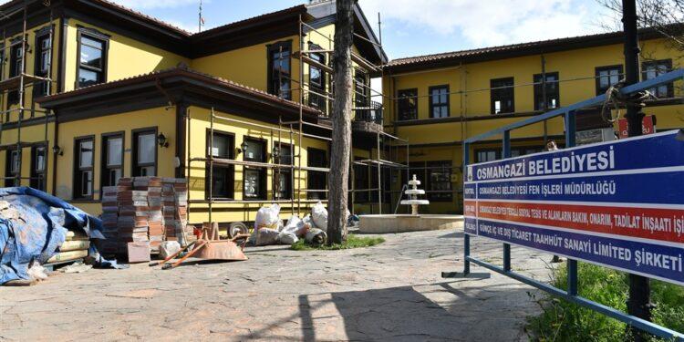 Eşsiz manzarası ve muhteşem mimarisiyle yerli ve yabancı turistler ile Bursalı müdavimlerinin buluşma noktası olan Sümbüllü Bahçe Konağı, Osmangazi Belediyesi tarafından kapsamlı bakımdan geçiriliyor.