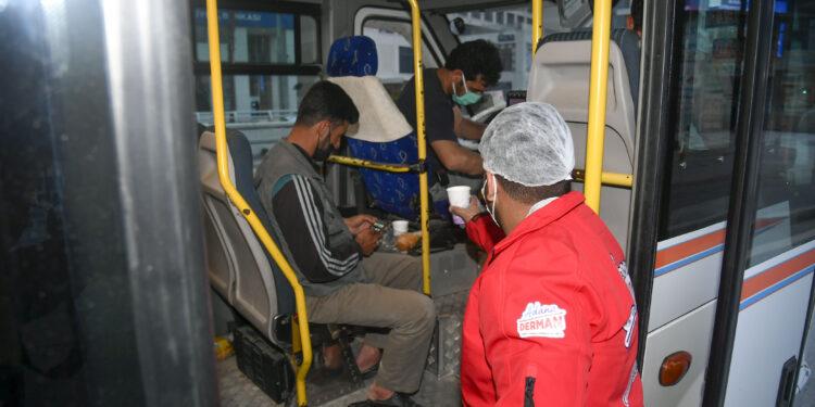 Adana Büyükşehir Belediyesi, Ramazan Ayı'nda iftar saatlerinde şehrin değişik bölgelerinde gerçekleştirdiği çorba dağıtımı ile çeşitli nedenlerden dolayı iftara yetişemeyen vatandaşların orucunu açabilmesini sağlıyor.