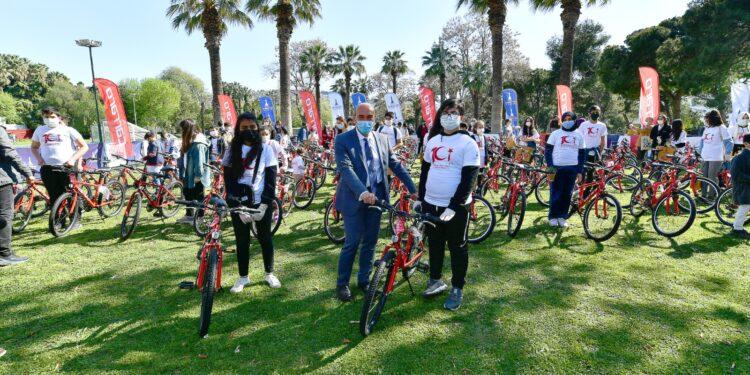 İzmir Büyükşehir Belediye Başkanı Tunç Soyer, 23 Nisan Ulusal Egemenlik ve Çocuk Bayramı'nın 101. yılında, 101 çocuğa 101 bisiklet hediye etti.