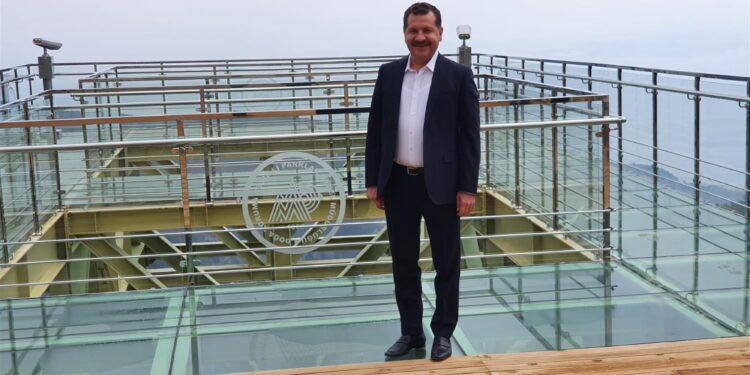 """Balıkesir Büyükşehir Belediye Başkanı Yücel Yılmaz """"Doğal dokuya uygun bir şekilde inşa edilen bu terasla Kazdağlarımızın; zenginliğini ve güzelliğini en iyi şekilde tanıtacağız"""" dedi."""