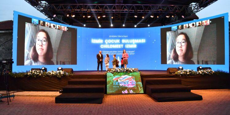 İzmir Büyükşehir Belediyesi tarafından düzenlenen İzmir Çocuk Buluşması'nda çocuklar çevrim içi etkinlikte bir araya geldi.
