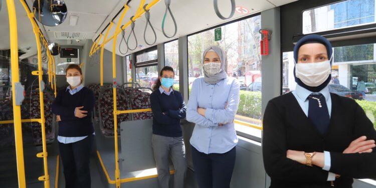 2020 yılında Eskişehir Büyükşehir Belediyesi'nde göreve başlayan kadın otobüs şoförleri, iş başvurusunda bulunacak ve çalışma arkadaşları olacak kadınlar için şoförlük deneyimlerini paylaştı.