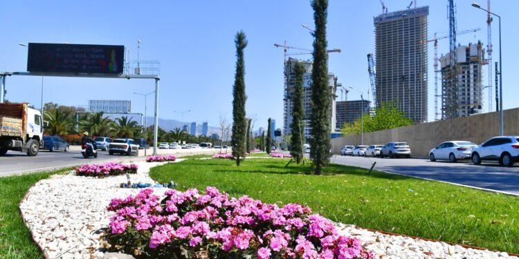 İzmir Büyükşehir Belediyesi baharı kentin dört bir yanına diktiği çiçeklerle karşıladı. Rengarenk çiçeklerle süslenen alanlar kenti mis kokuya boğdu.