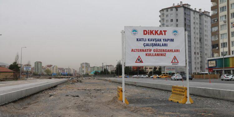 Kayseri Büyükşehir Belediye Başkanı Dr. Memduh Büyükkılıç, Orgeneral Hulusi Akar Bulvarı ile Aşık Veysel Bulvarı'nın kesiştiği noktada başlatılan katlı kavşak ve 2 adet U alt geçitte çalışmaların kesintisiz bir şekilde sürdürüldüğünü ifade etti.