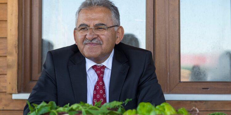 Kayseri Büyükşehir Belediyesi, Başkan Dr. Memduh Büyükkılıç'ın talimatlarıyla tarım ve hayvancılık ile uğraşan çiftçilere 2020 yılında olduğu gibi 2021 yılında da destek olmaya devam edecek.