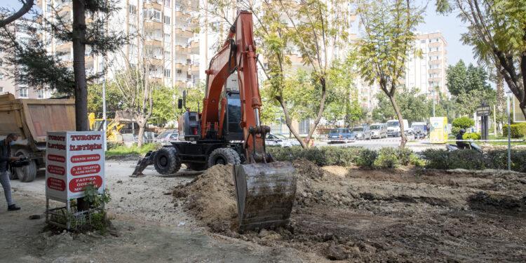 Mersin Büyükşehir Belediyesi ekipleri, Sabahattin Çakmakoğlu ve Fasih Kayabalı Caddesi'nde yolları yeniliyor. Mazgallar da modernize ediliyor.