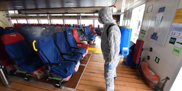 İzmir Büyükşehir Belediyesi, 27 ekip 400 personelle Covid 19 önlemleri kapsamında 354 bin noktada temizlik ve dezenfeksiyon çalışması yaptı.