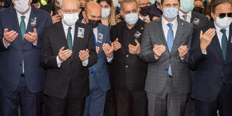 Tedavi gördüğü hastanede hayatını kaybeden Torbalı Belediye Başkanı İsmail Uygur törenle son yolculuğuna uğurlandı.