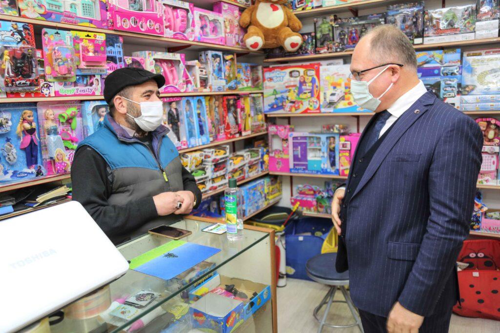 Sivas Belediye Başkanı Hilmi Bilgin, ihtiyaç sahipleri ve esnaflara destek paketlerini sürdürüyor. Belediye kiracılarından mayısta kira alınmayacak.