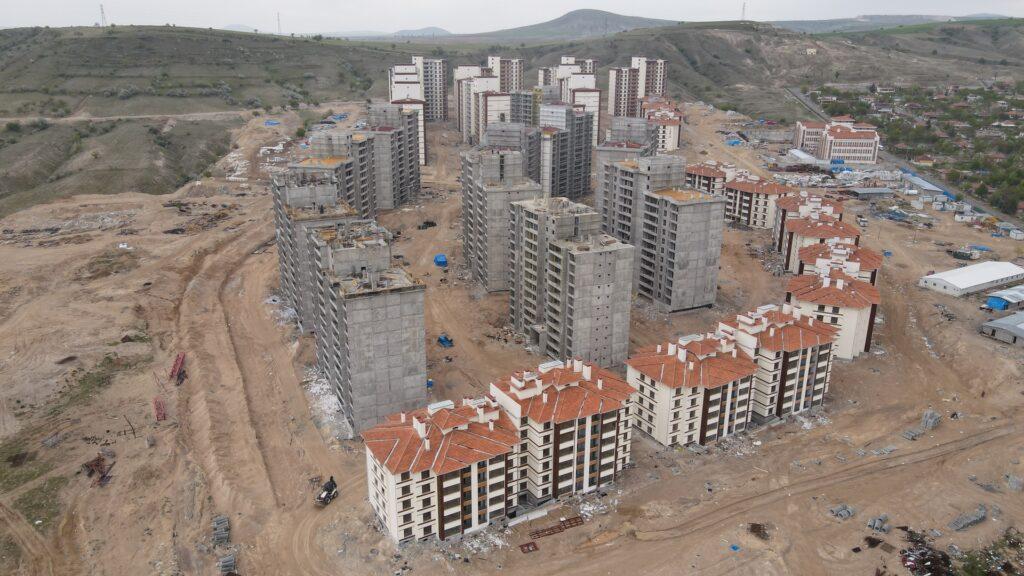 Nevşehir Kale Bölgesi Kentsel Dönüşüm Projesi çerçevesinde Bekdik Mahallesi'nde yapımı gerçekleştirilen 1410 konut için 25 Mayıs Salı günü hak sahipleri arasında konut belirleme kurası çekilecek.