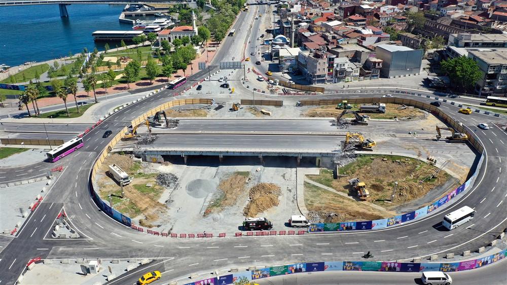 İBB, yıllardır tehlike arz eden Unkapanı Köprüsü'nü yeniliyor. Tam kapanma süreci fırsata çevrilerek başlatılan çalışmanın 15 Mayıs Cumartesi günü bitirilmesi, yeni köprünün ise 3 ayda tamamlanması planlanıyor.