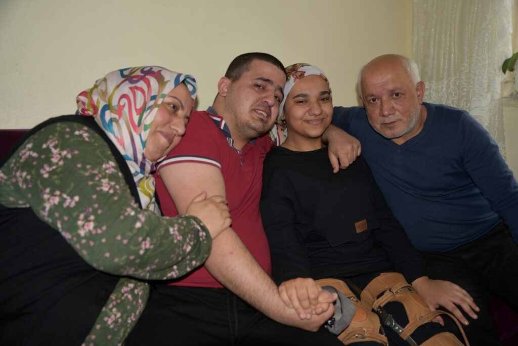 17 yaşındaki Sevgi Bayat, Bursa Büyükşehir Evde Hasta Bakım Hizmetleri'nden aldığı fizik tedavi hizmeti sayesinde bastonla yürümeye başladı.