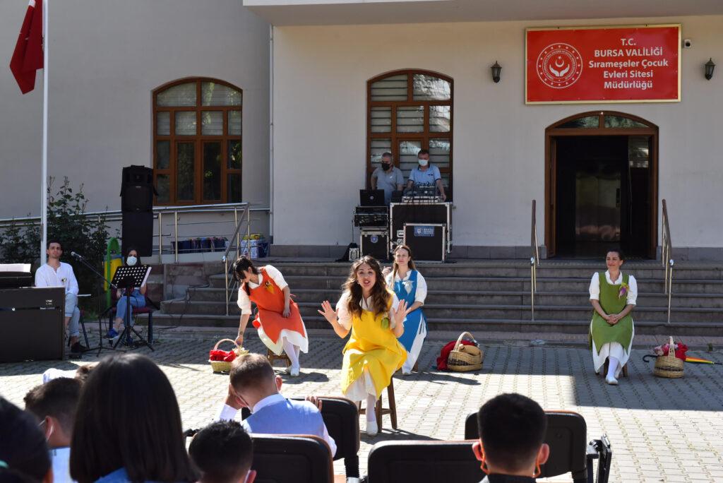 Bursa Büyükşehir Belediye Başkanı Alinur Aktaş, Ramazan Bayramı dolayısıyla Sırameşeler Çocuk Evleri Sitesi'nde koruma ve bakım altında kalan çocuklarla bir araya gelerek hediye dağıtıp bayramlarını kutladı.