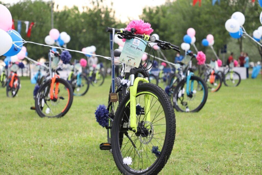Kocaeli Büyükşehir Belediyesi Gençlik ve Spor Hizmetleri Dairesi Başkanlığı 19 Mayıs Atatürk'ü Anma Gençlik ve Spor Bayramı sebebiyle 41 gence bisiklet hediye edecek.