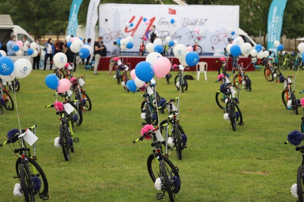 Büyükşehir Belediyesi Gençlik ve Spor Hizmetleri Dairesi Başkanlığı 19 Mayıs Atatürk'ü Anma Gençlik ve Spor Bayramı sebebiyle 41 gence bisiklet hediye edecek.