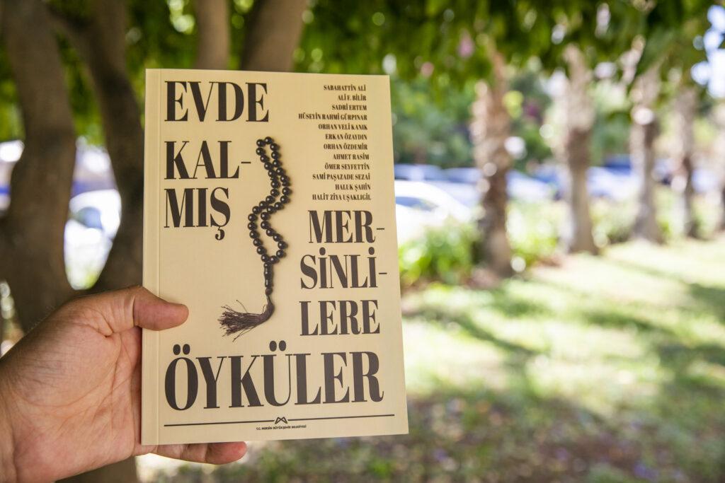 Mersin Büyükşehir Belediyesi, 65 yaş üstü vatandaşlara kitap sürprizi yaptı. 'Evde Kalmış Mersinlilere Öyküler' kitabı dağıtıldı.