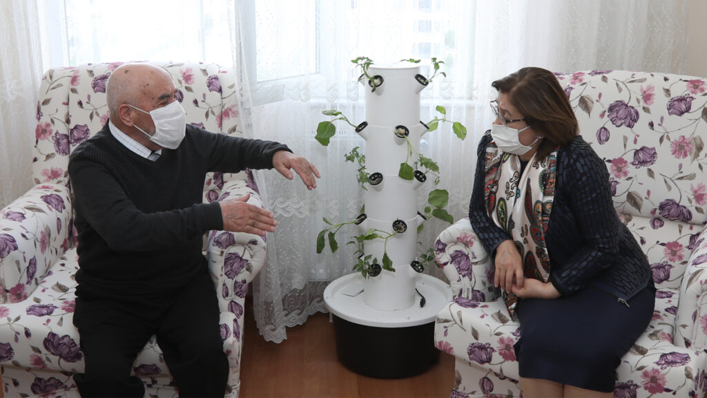 Gaziantep Büyükşehir Belediye Başkanı Fatma Şahin, Alzheimer hastası olan ve Büyükşehir Belediyesi Moral Evi'nden danışmanlık alan Hıdır Topal'ı evinde ziyaret etti.